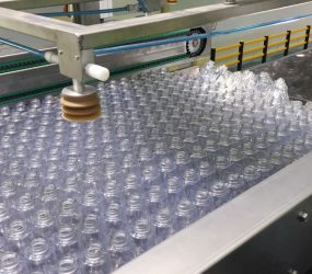 Depalletized plastic bottles with Traktech machine